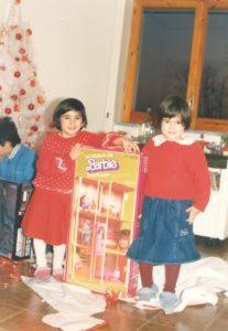 io, mio fratello e mia sorella a Natale da piccoli sotto l'albero con la casa di Barbie