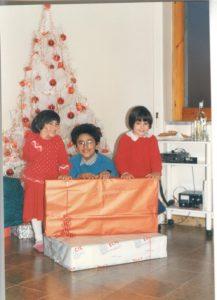 io, mio fratello e mia sorella a Natale da piccoli sotto l'albero