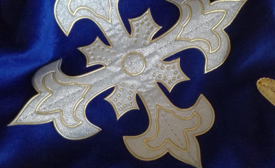 vestito da moschettiere dettaglio croce sul petto