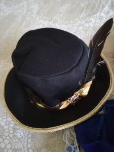vestito da moschettiere dettaglio cappello con la piuma