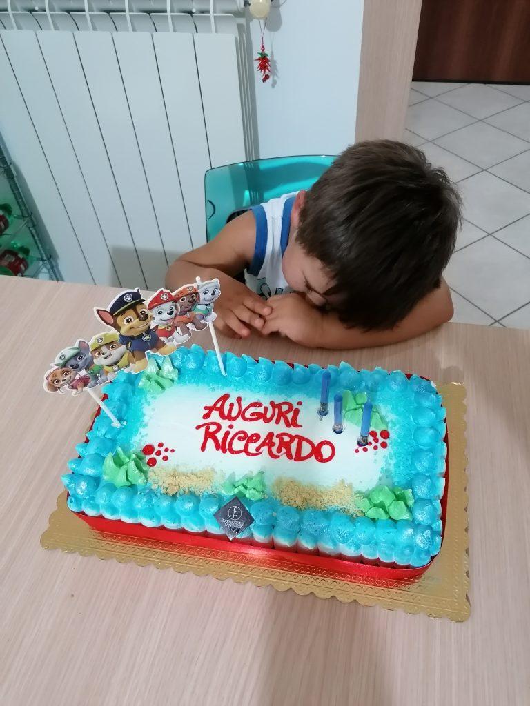 Riccardo addormentato davanti alla torta